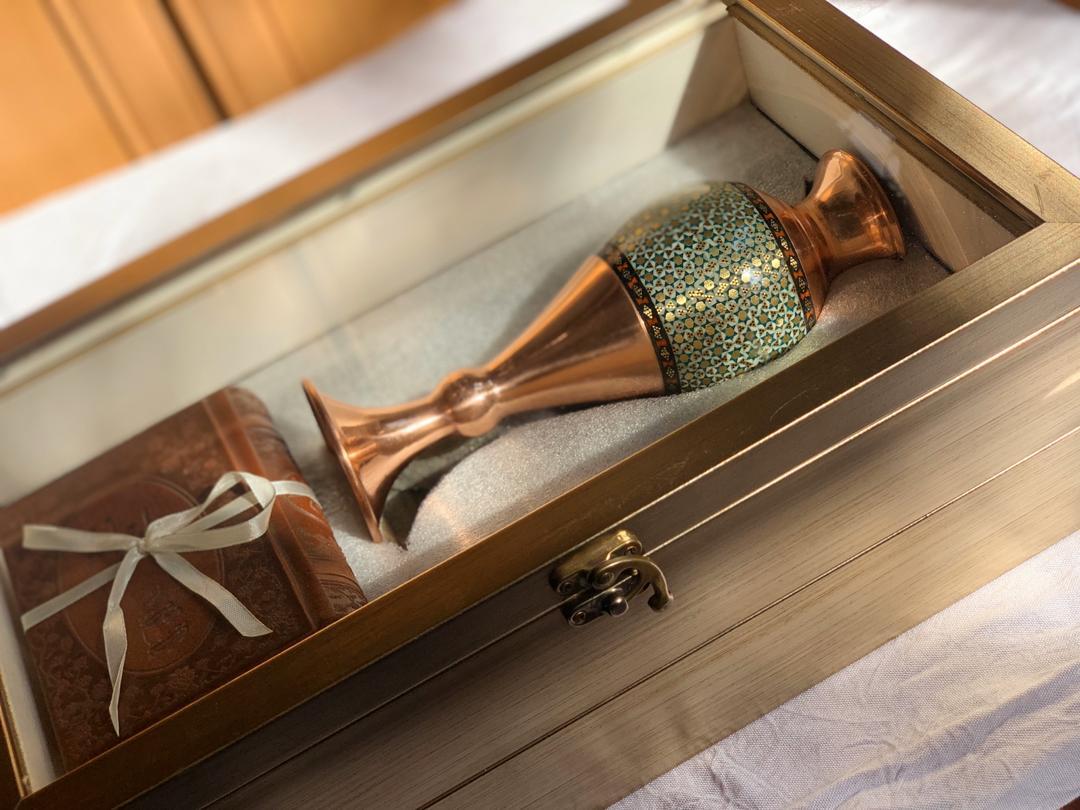 گلدان خاتم کاری و دیوان حافظ در جعبه طلایی